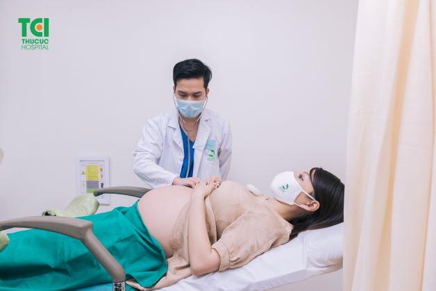 Khám thai định kỳ giúp bác sĩ xác định thai nhi đã quay đầu thuận hay chưa mà còn giúp đánh giá sức khỏe của mẹ và bé một cách chính xác, từ đó đưa ra các biện pháp xử lý nhanh chóng, kịp thời.