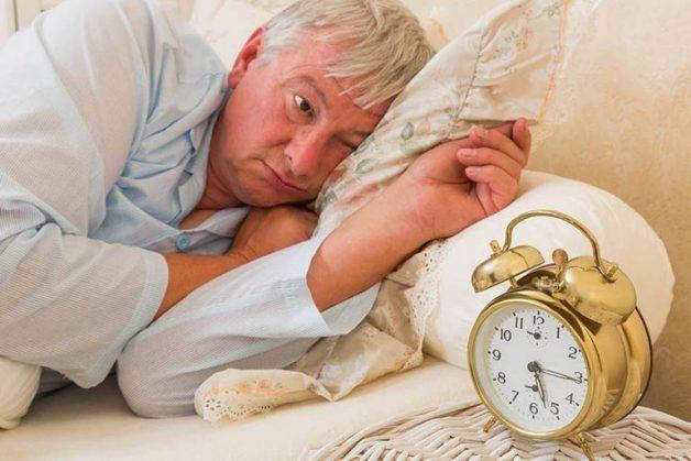 Người cao tuổi dễ bị mất ngủ hoặc đảo lộn giấc ngủ