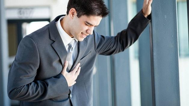 Đau ngực là một trong những triệu chứng bệnh mạch vành tim điển hình.