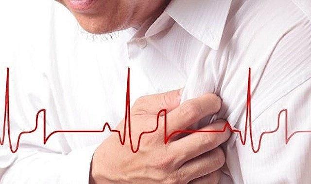 Cơn đau thắt ngực hoặc áp lực ở vùng ngực là một triệu chứng của động mạch vành xơ cứng