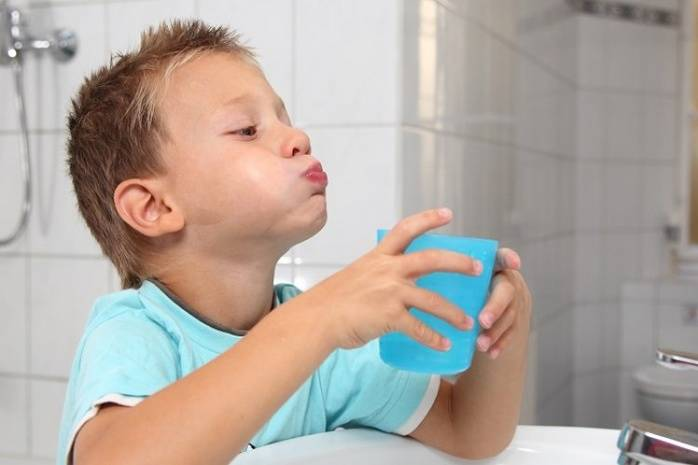 Súc miệng bằng nước muối sinh lý từ 2 - 3 lần mỗi ngày giúp giảm triệu chứng viêm họng
