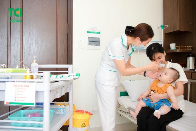 Khi trẻ bị sốt xuất huyết, cha mẹ cần lưu ý đưa trẻ đến các cơ sở để được bác sĩ thăm khám và điều trị đúng cách.