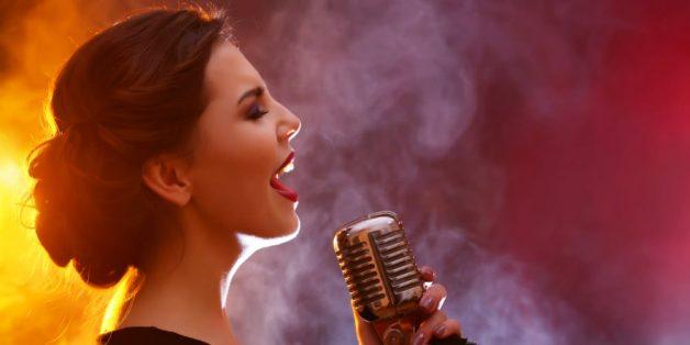Lạm dụng giọng quá mức cũng là nguyên nhân dẫn đến viêm thanh quản