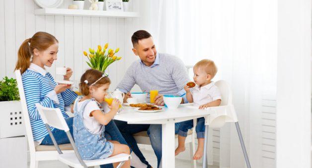 Bố mẹ nên tạo cho con những bữa ăn vui vẻ