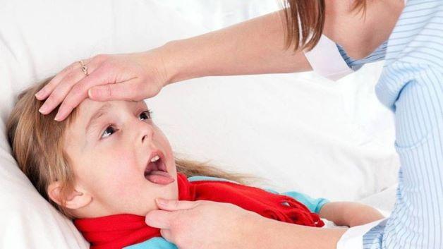 Trẻ bị sốt viêm amidan khiến nhiều bậc phụ huynh lo lắng bởi tình trạng này khiến trẻ mệt mỏi, khó chịu và gây ảnh hưởng tới sức khỏe