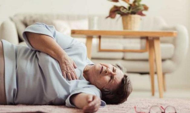 Bệnh nhân đột quỵ gồm đột nhiên yếu liệt, khó vận động, ngất xỉu,... Trong khi các triệu chứng đặc trưng của nhồi máu cơ tim là đau ngực, khó thở, đánh trống ngực, vã mồ hôi.