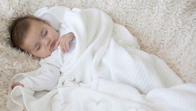 Thời tiết lạnh, thay đổi đột ngột nếu trẻ không được giữ ấm tốt sẽ dễ khiến trẻ bị cảm lạnh, viêm amidan, vì thế cha mẹ hãy đảm bảo giữ ấm cho trẻ, nhất là thời điểm giao mùa.